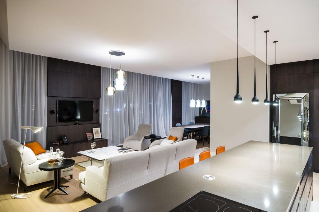 лаконичная гостиная с мягким переходом на кухню