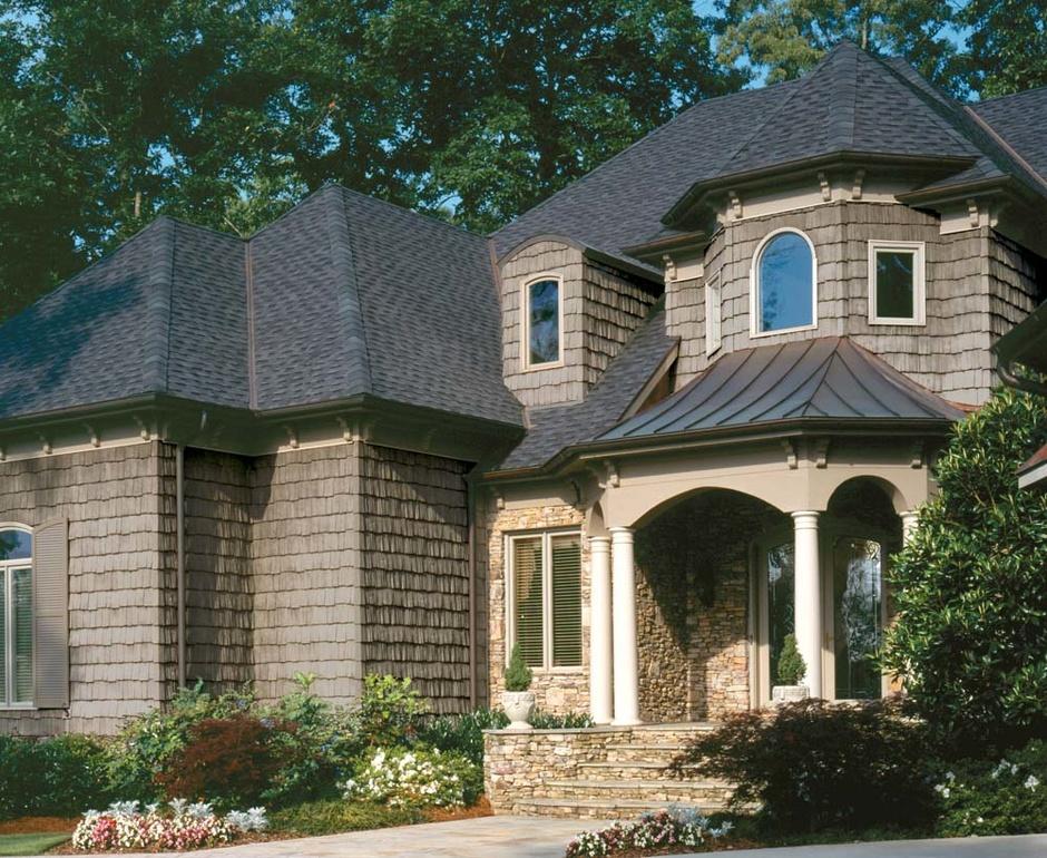 9. Удивительной красоты фасад коттеджа в английском стиле с использованием сайдинга «под кедровую щепу», и «каменного» для цоколя.jpg