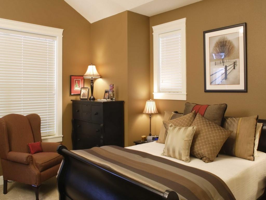 Спальня в американском стиле с темной мебелью