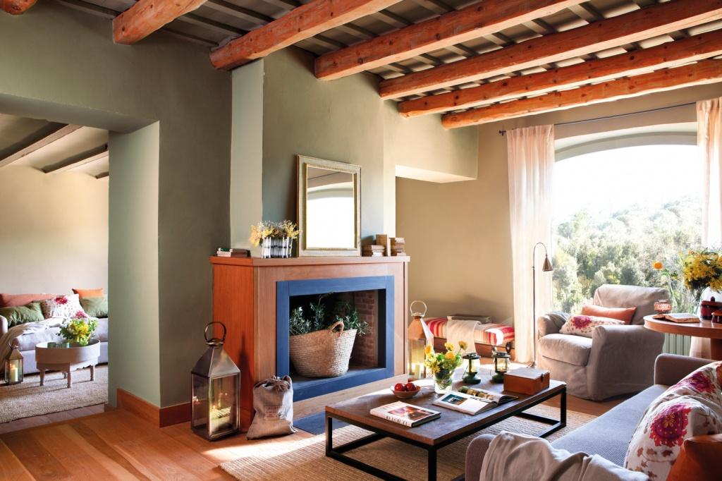 Оливковая гостиная с ярким камином в испанском доме