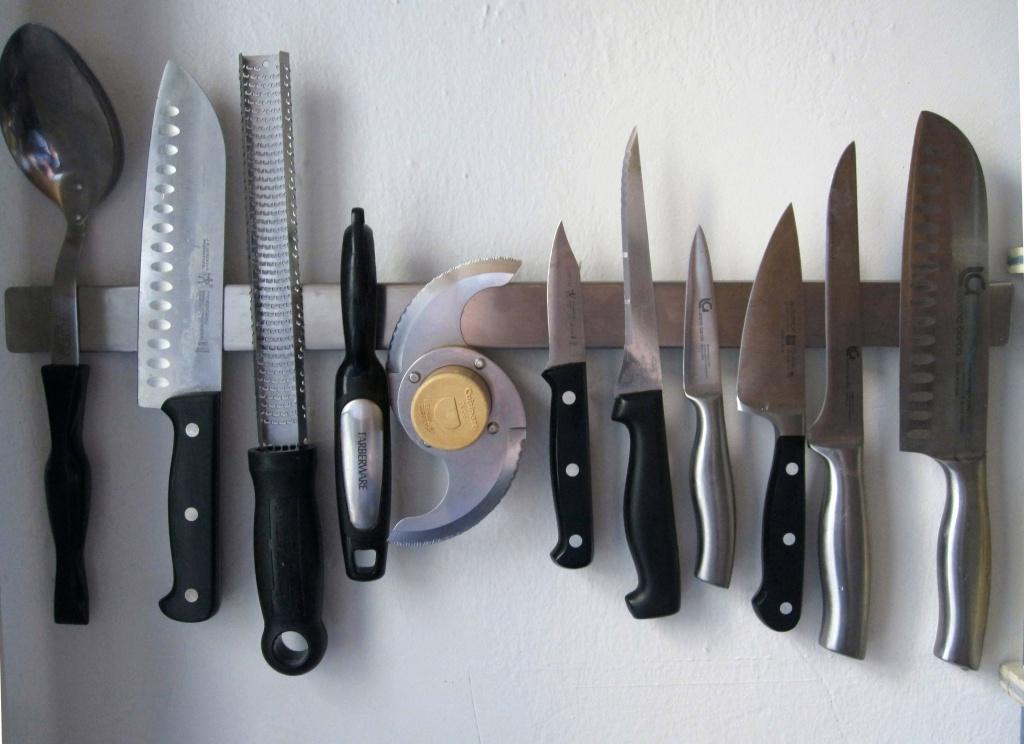 размещение кухонных металлических приборов на магнитной полосе