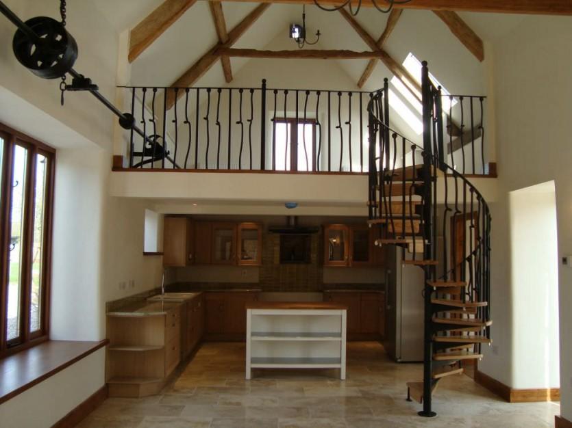 На фото небольшое помещение в двухэтажном доме со сложной «полумансардной» крышей