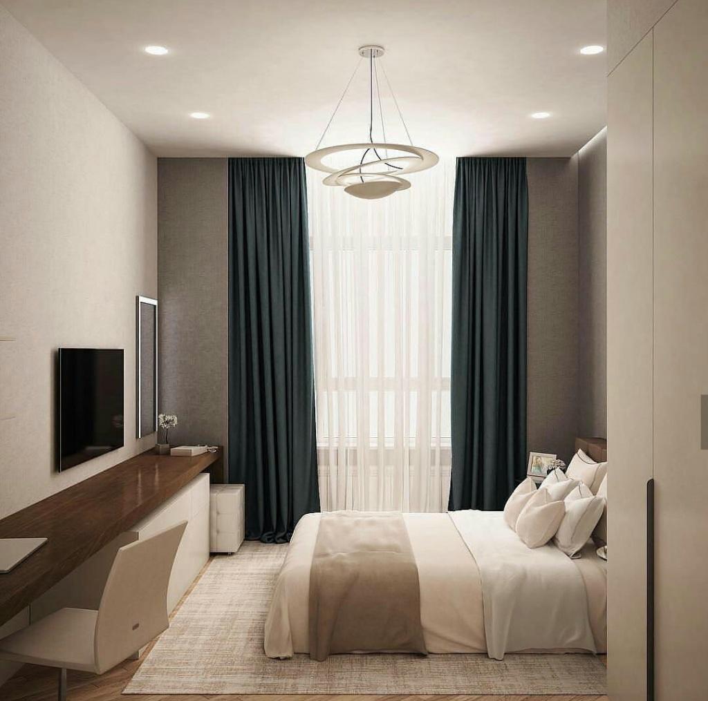 Плотные ночные шторы в светлой спальне