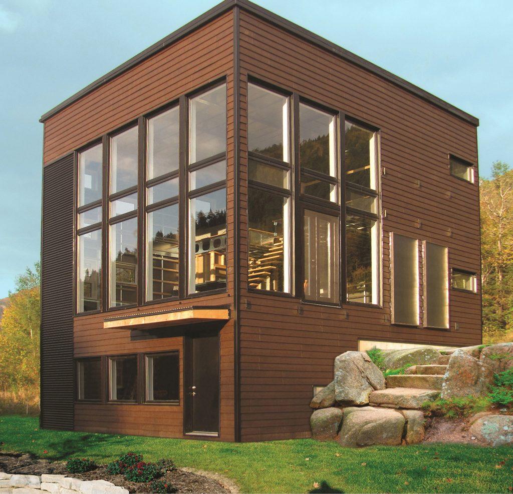 16.Здание в стиле хай-тек покрыто металлическим сайдингом нехарактерного для этого стиля рыжевато-коричневого цвета. Однако благодаря этому его облик стал мягче, и гармониру.jpg