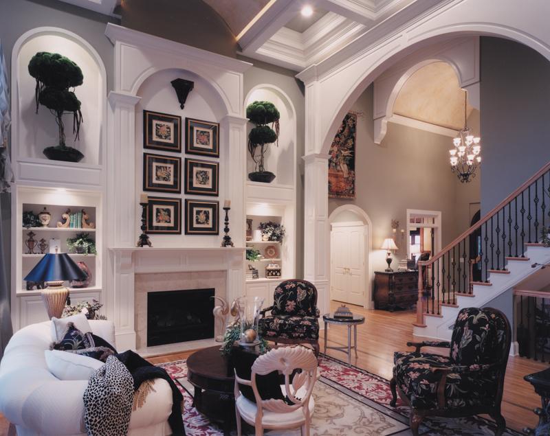 Внутренняя обстановка поддерживает общее ощущение исторического дизайна