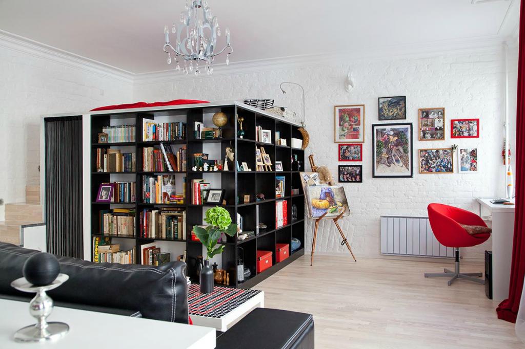 Оригинальный интерьер однокомнатной квартиры с чердачной кроватью