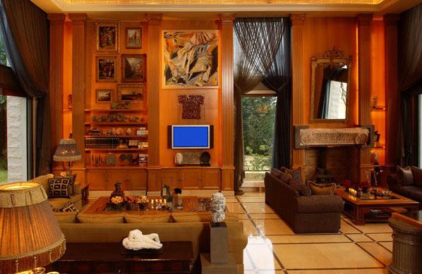 Фьюжн с восточным акцентом, в отделке стен используется дерево, а на полу вполне современная плитка