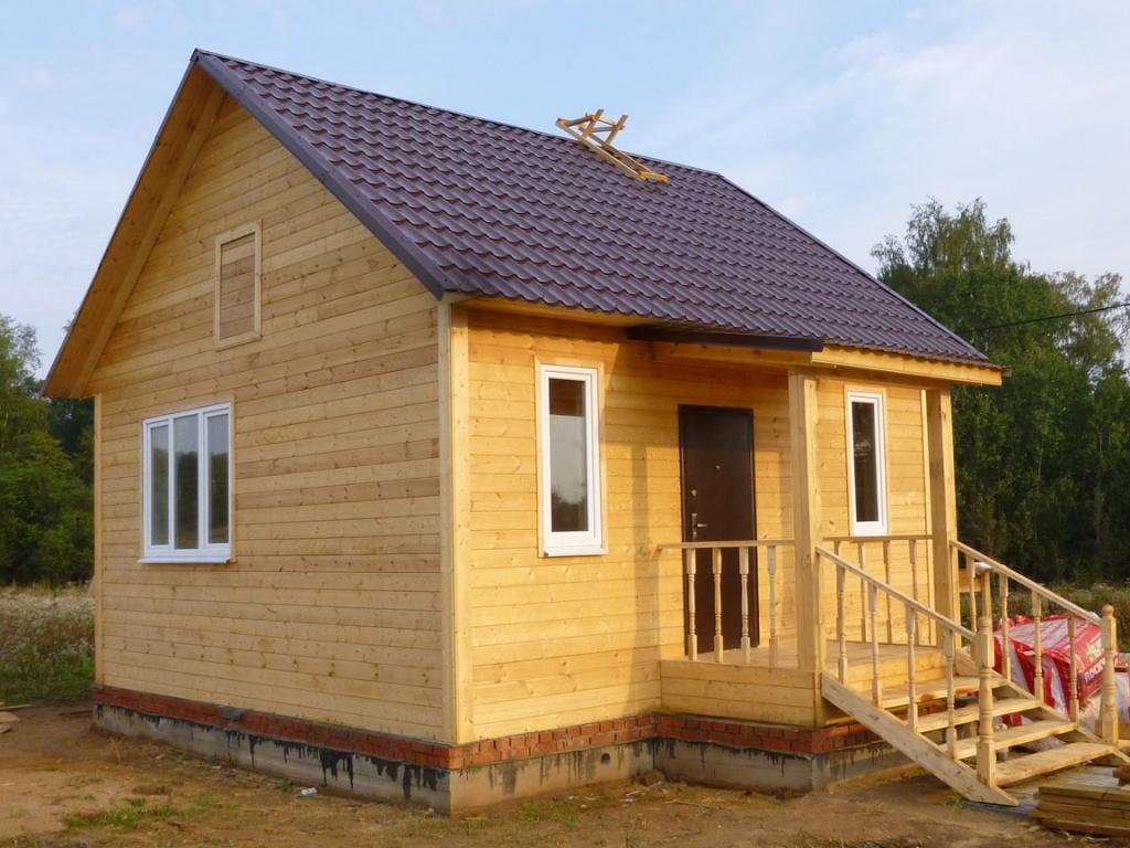 Одноэтажный деревянный дом с лесенкой