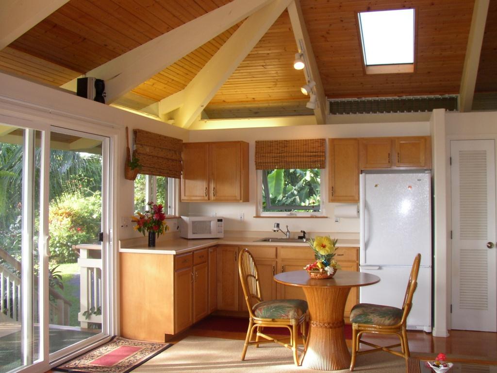 Дизайн кухни в небольшом загородном доме