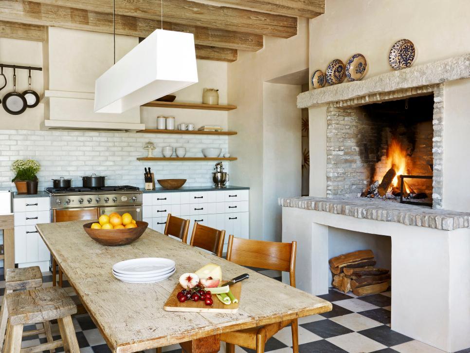 Дизайн кухни в современном английском доме, стилизованный по «старину»