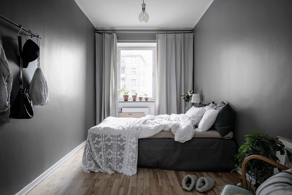 Спальня в скандинавском стиле с темными стенами