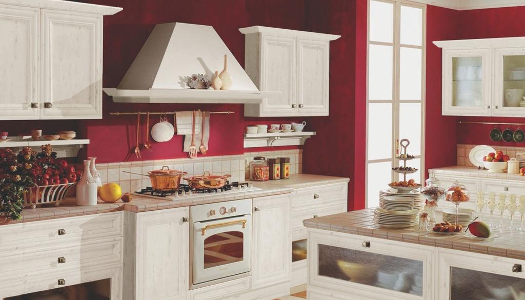 Кухня со светлым гарнитуром и красной стеной
