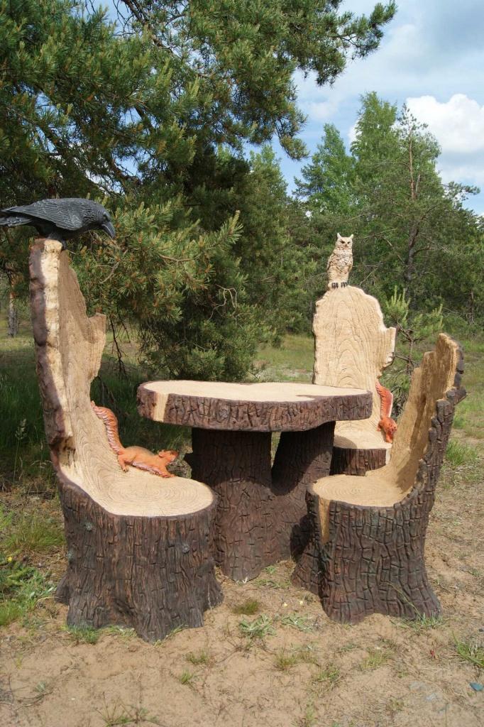 пример природных стульев и стола из пеньков