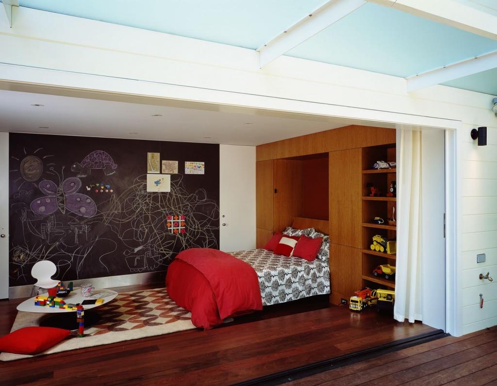 Кровать в детской комбинируется с местами для хранения