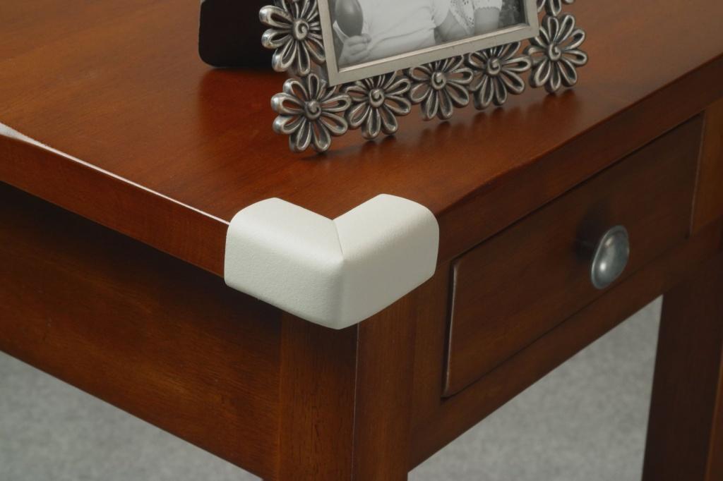 Накладки на острые мебельные углы – необходимая вещь в комнате мальчишек