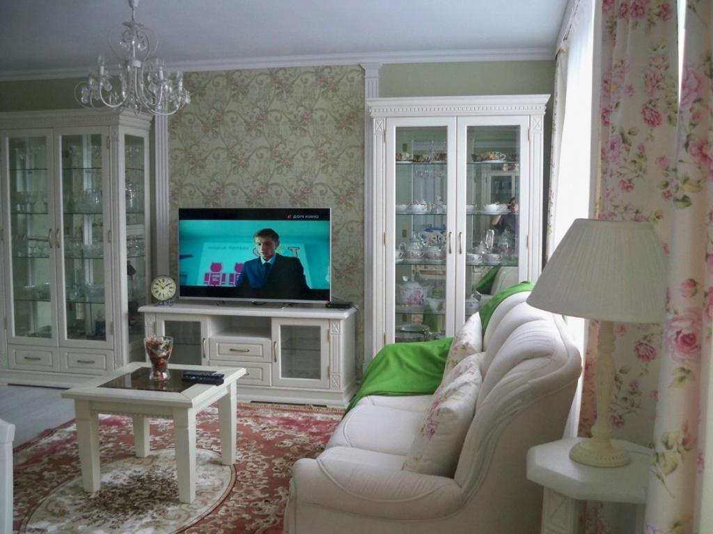 строгая комната в белых тонах с вкраплениями розового и зеленого