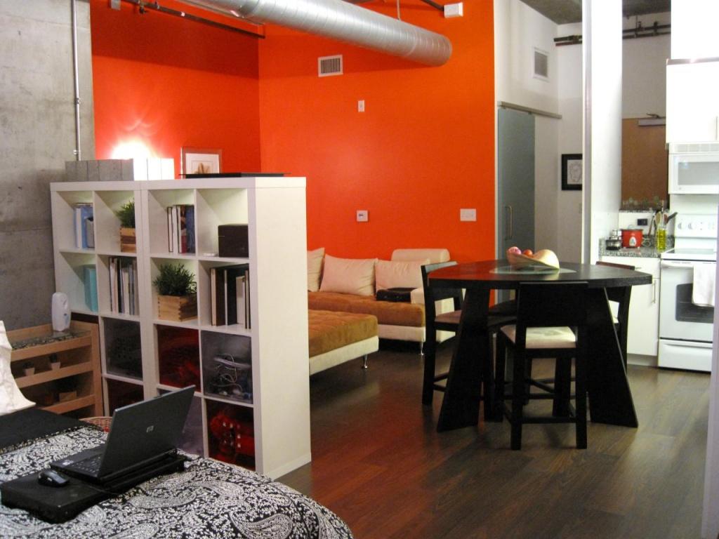 Интерьер современной квартиры студии, в которой четко выделены три зоны