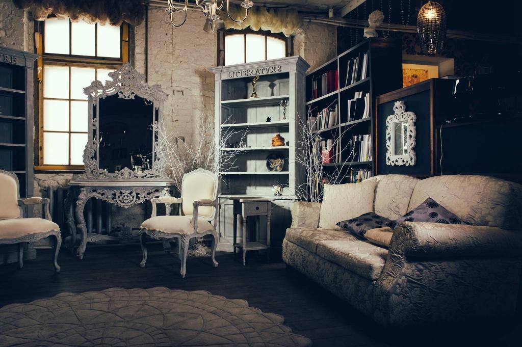 винтажная гостиная с минимальным набором предметов
