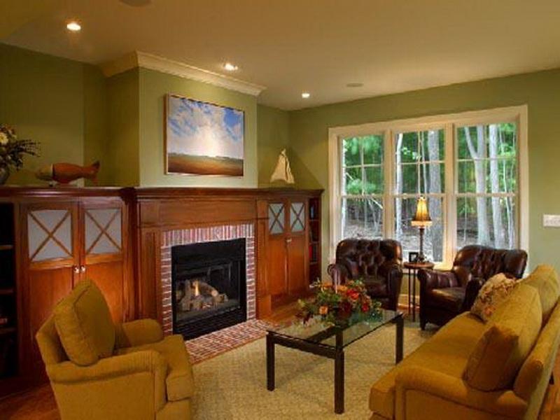 Ведущий бежевый цвет в отделке стен хорошо сочетается с мебелью красного дерева и диваном