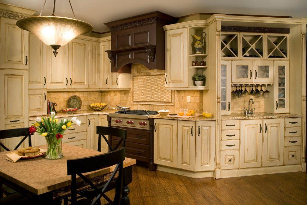 Кухня с состаренным гарнитуром пастельного цвета