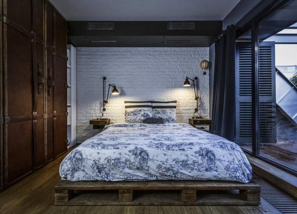 Кровать из поддонов органично дополняет спальню в стиле лофт