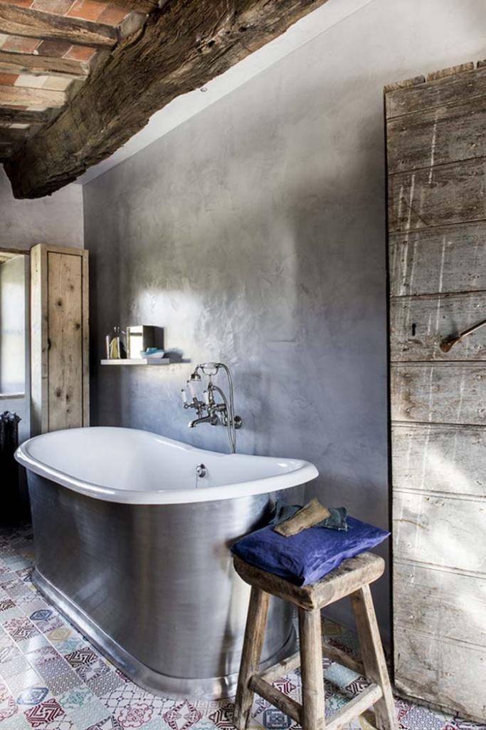 Имитация примитивной отделки в ванной деревенского стиля