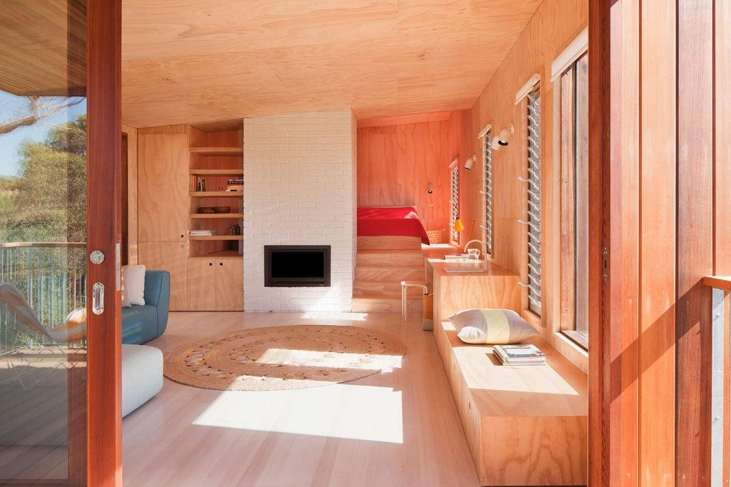 Оригинальный дизайн гостиной в деревянном доме