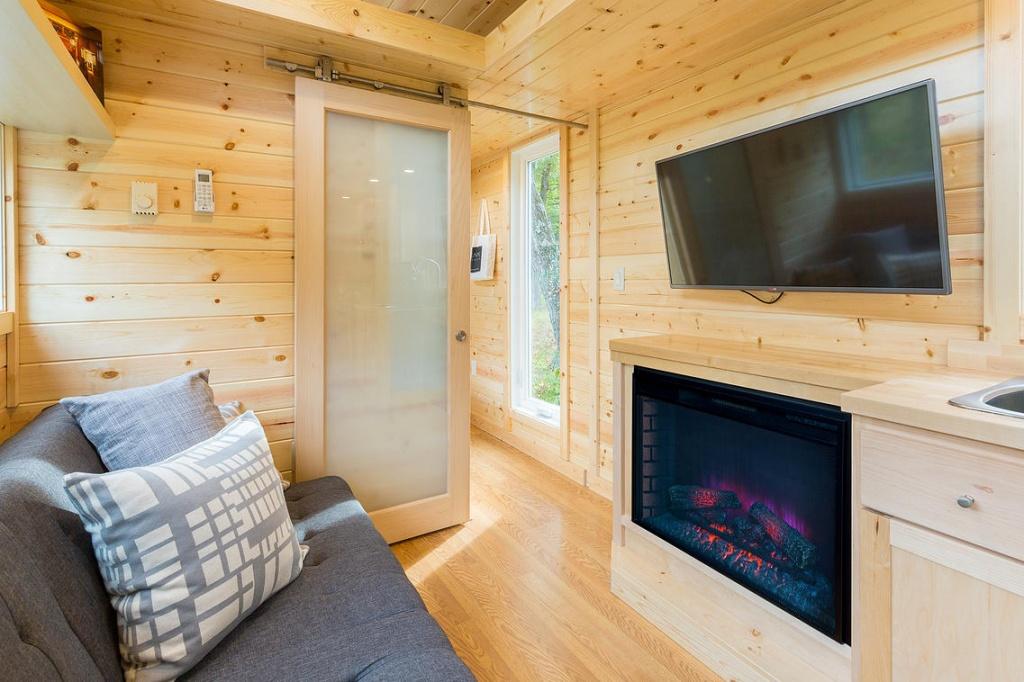 Раздвижные двери помогают сэкономить пространство в маленькой комнате