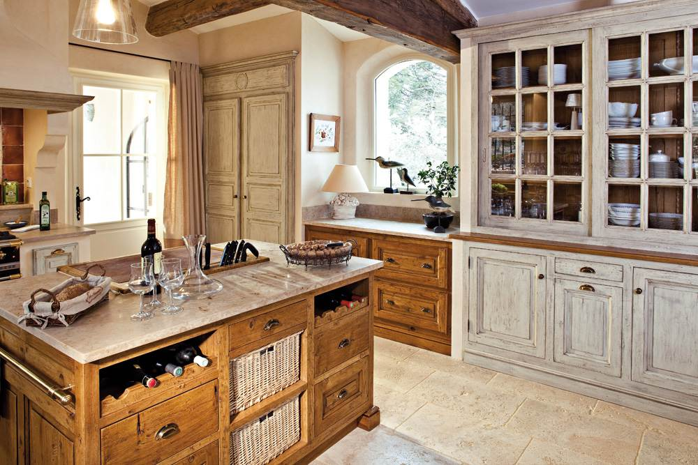 Потёртый кухонный шкаф