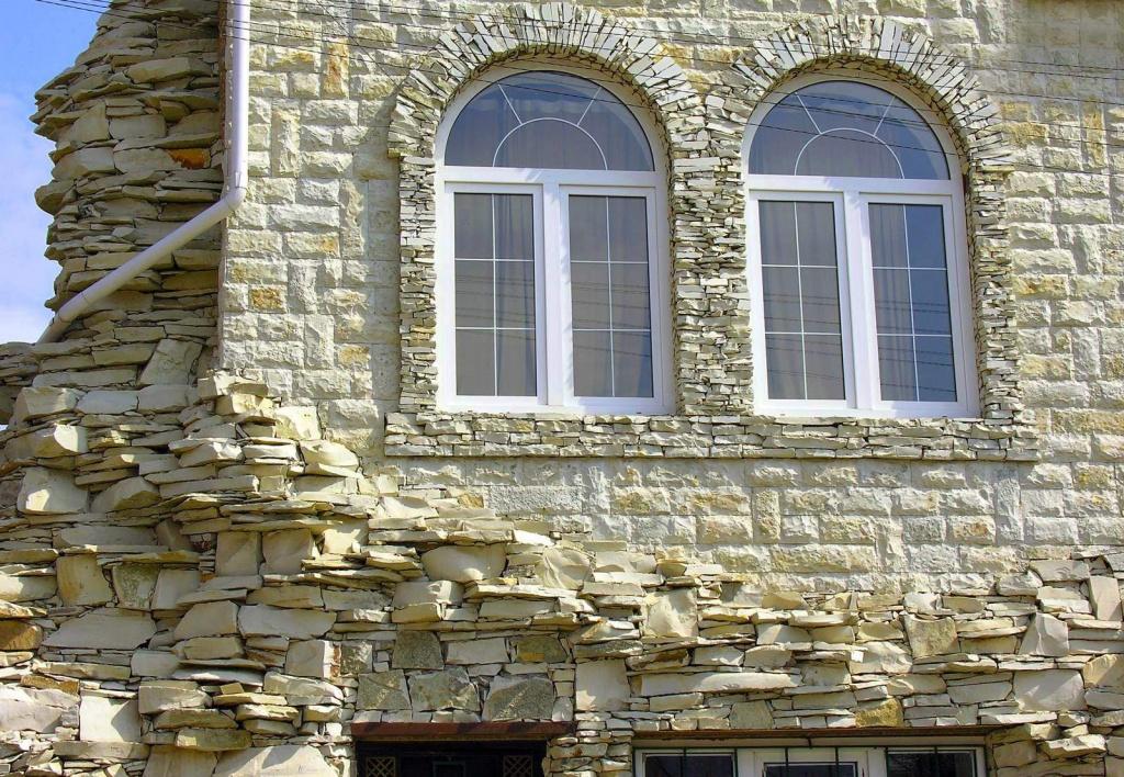 Фото: облицовка дома натуральным фасадным камнем