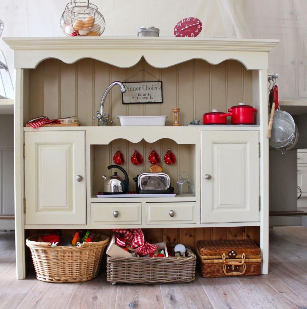 кухонный уголок с винтажными вещами и техникой