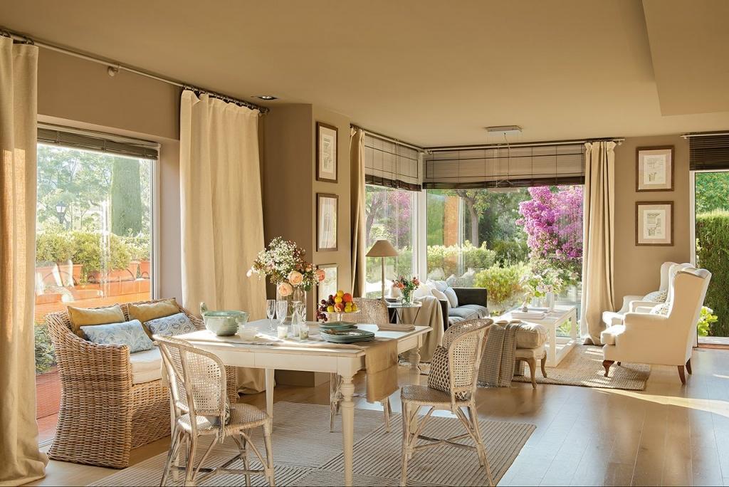 Гостиная с плетеной мебелью в частном особняке в Испании