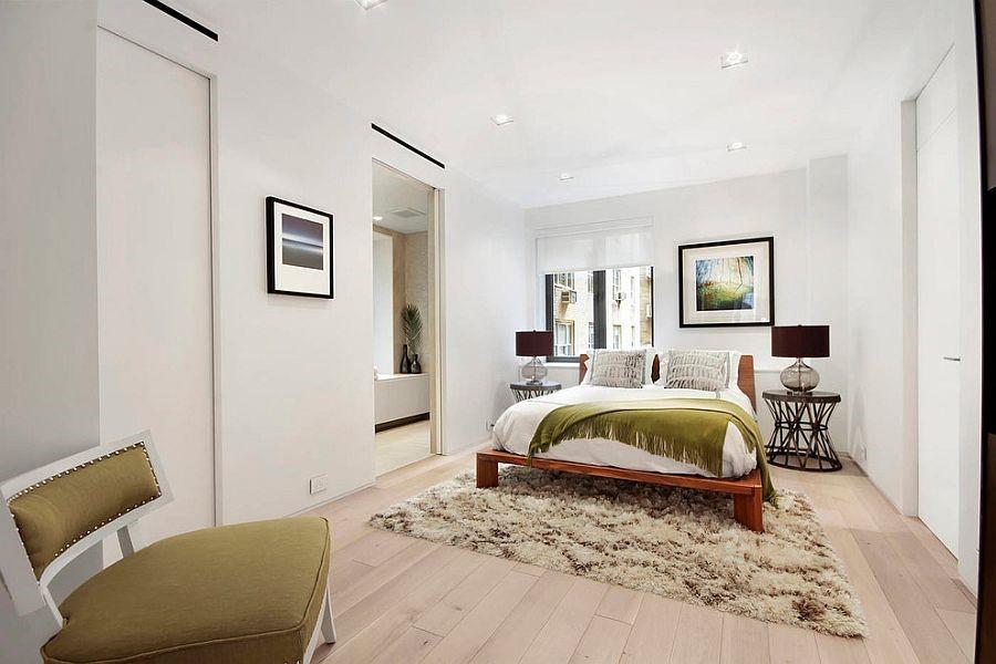 Белый цвет визуально расширяет маленькую спальню