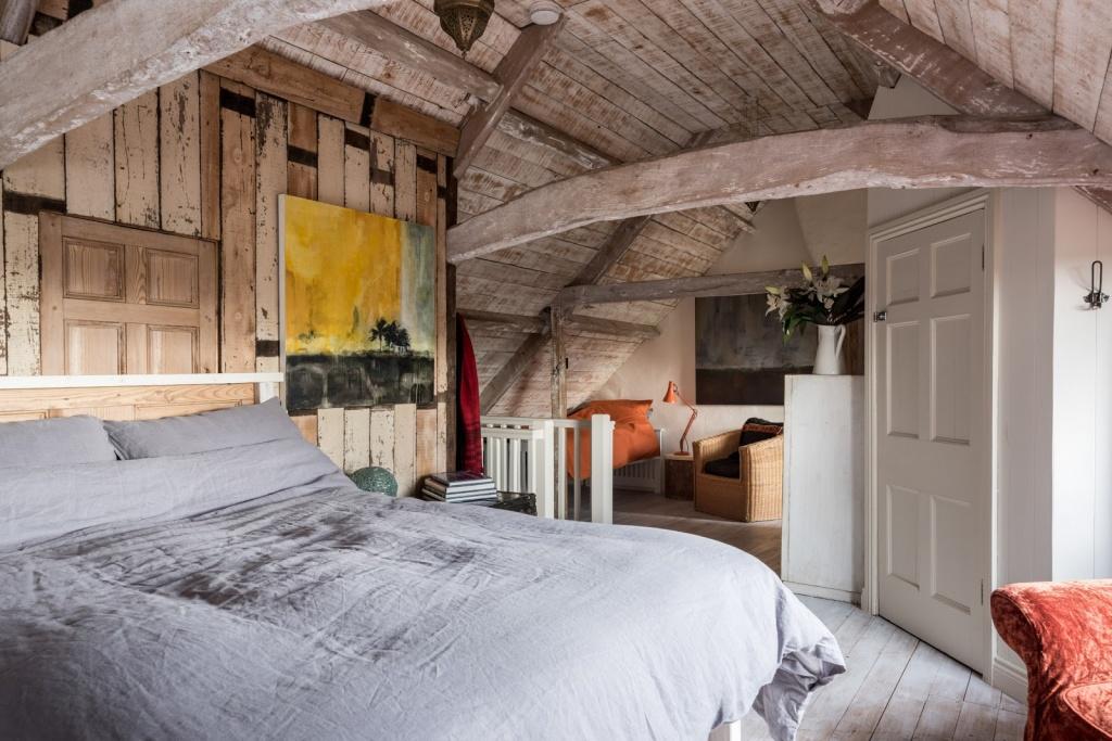 Деревянные стены с живописными полотнами