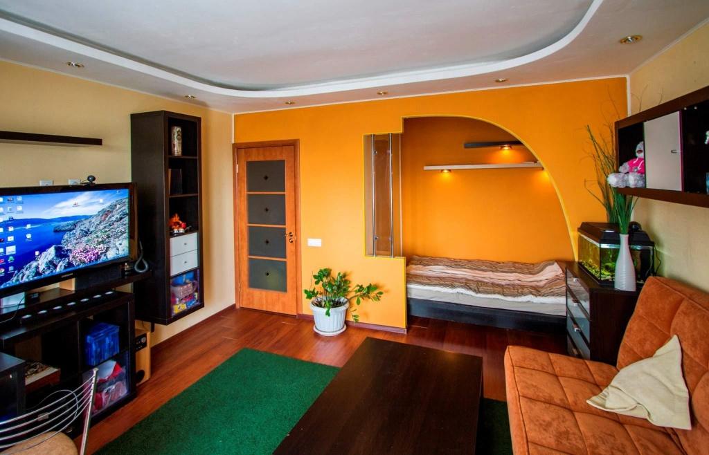 Насыщенная цветовая гамма в интерьере однокомнатной квартиры