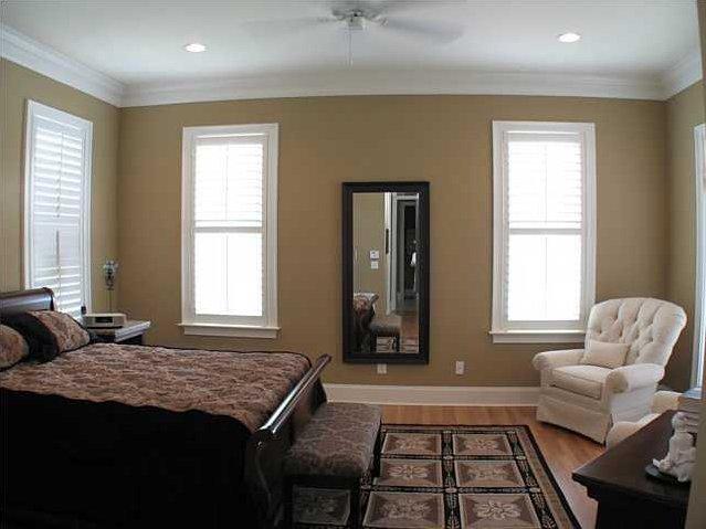 Внутри двухэтажного дома спокойный классический интерьер в мягких кофейных тонах