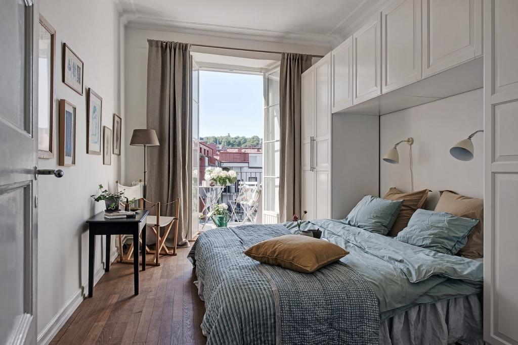 Шкафы вокруг изголовья - удачный вариант хранения в маленькой спальне