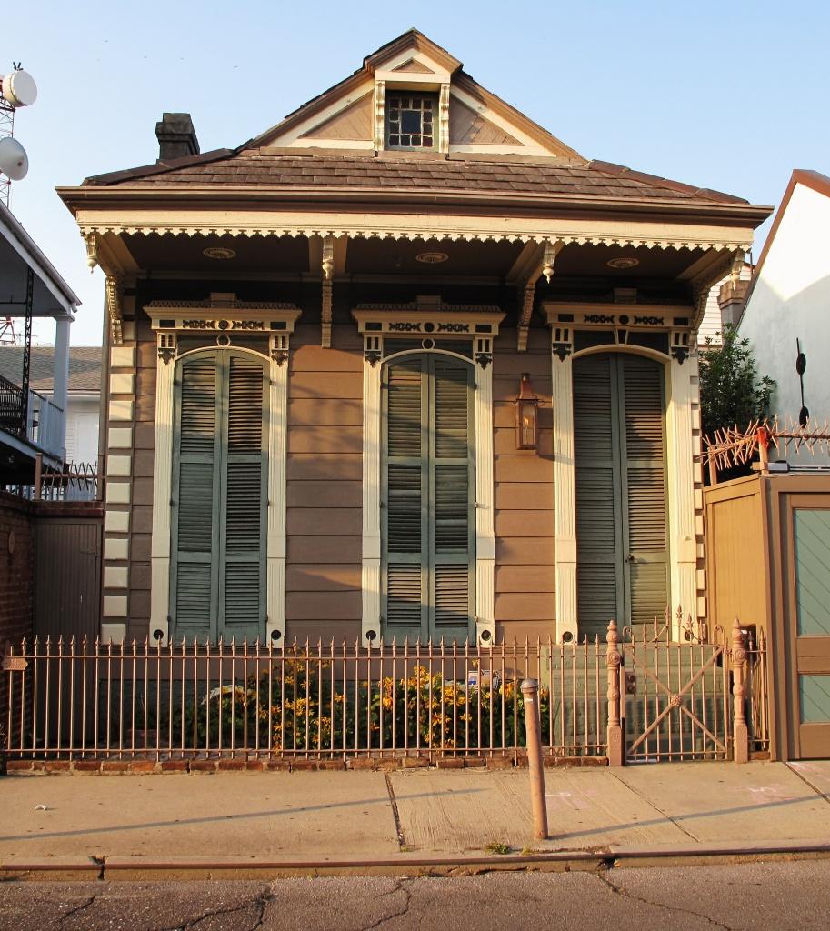 6. Аккуратный сельский домик выглядит как новый, хотя его дизайн говорит об изрядном возрасте. Впечатление ретро поддерживает декор наличников и крыши.jpg