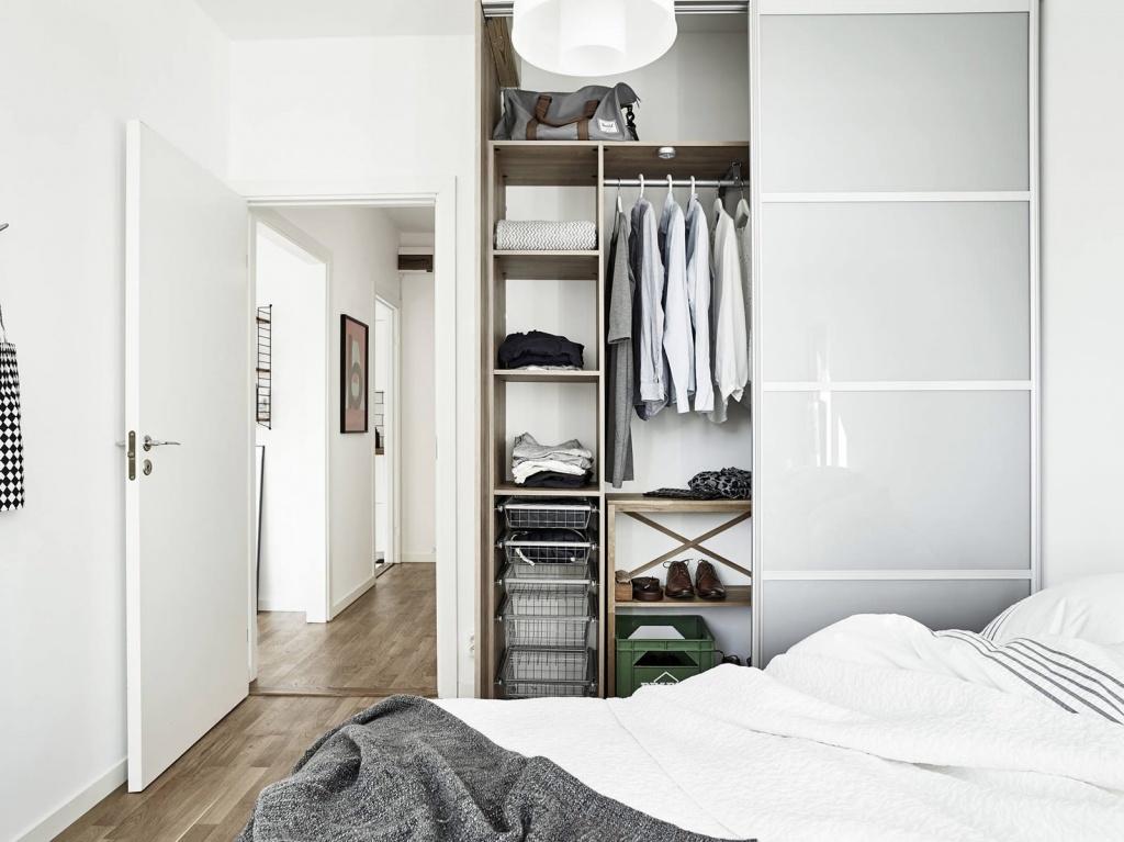 Шкаф-купе с дверцами из матового стекла наполняет комнату отраженным светом