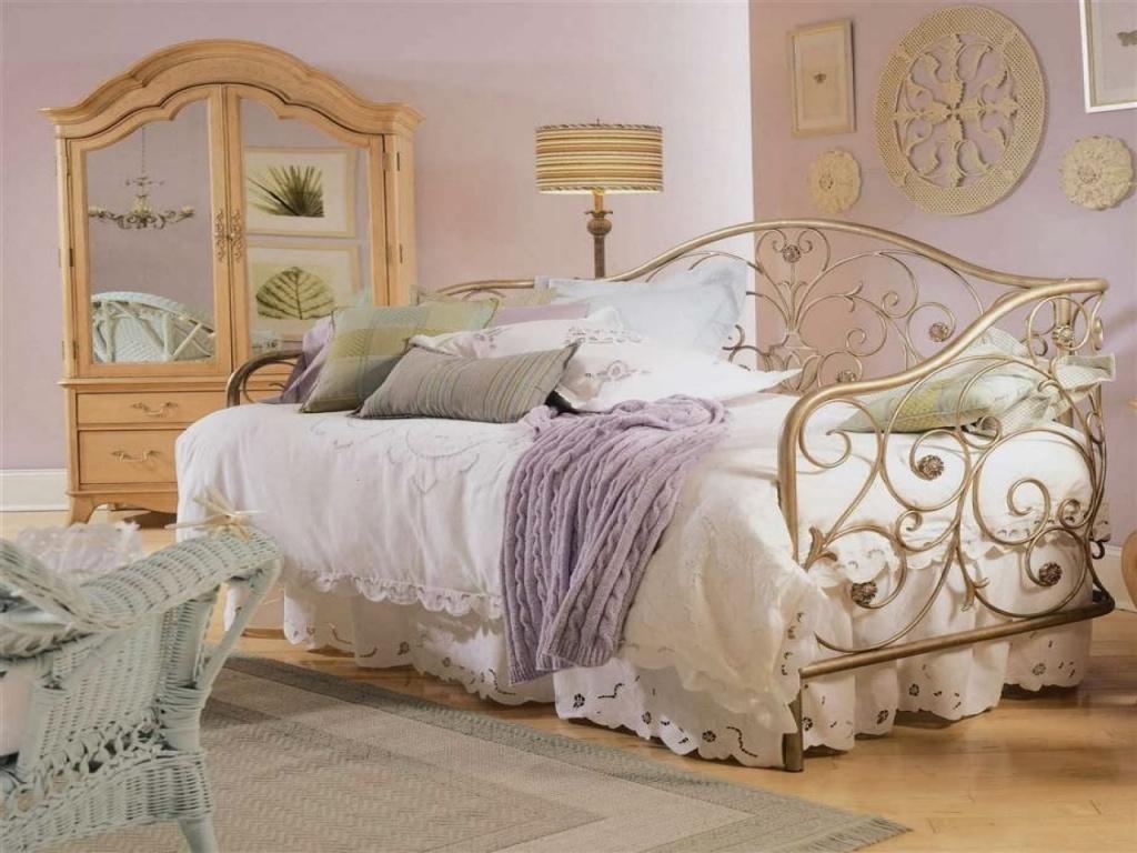 винтажная кровать с витиеватым изголовьем