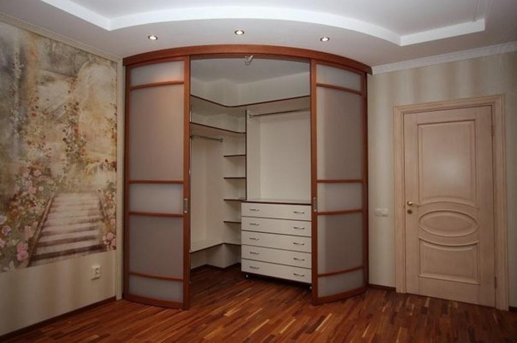 Пример оборудования небольшой гардеробной в однокомнатной квартире