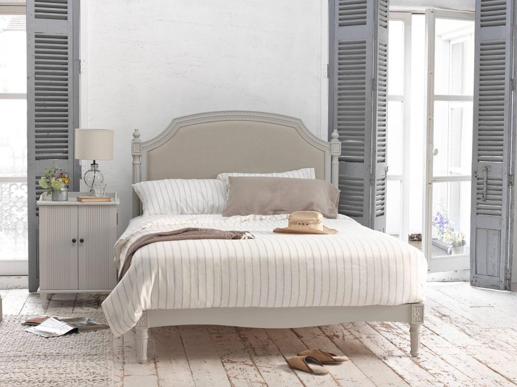 Спальня в бежевых оттенках стиля прованс