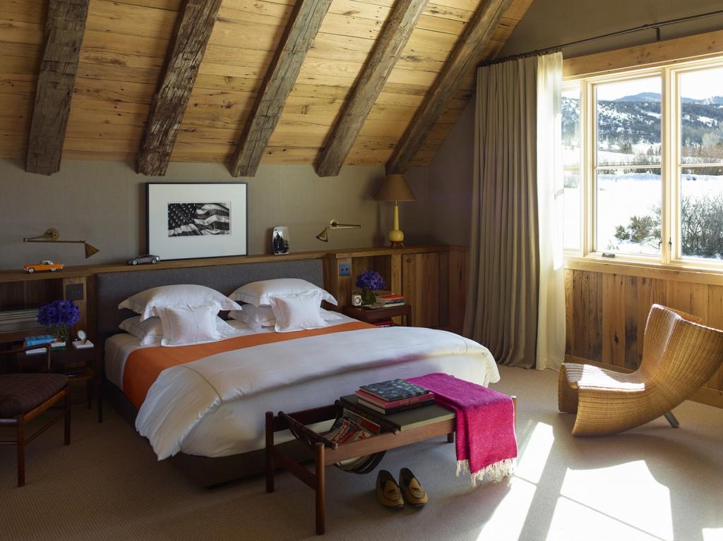 Стиль шале в спальне в загородном доме
