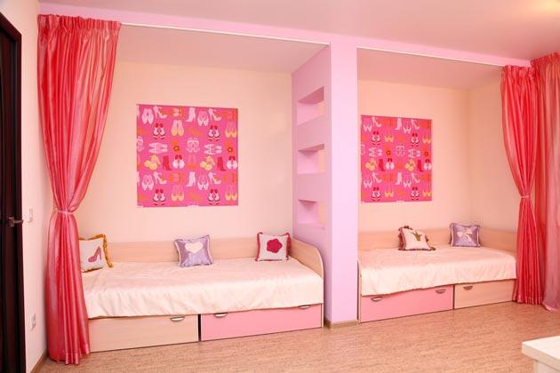 Розовая комната с одинаковыми зонами
