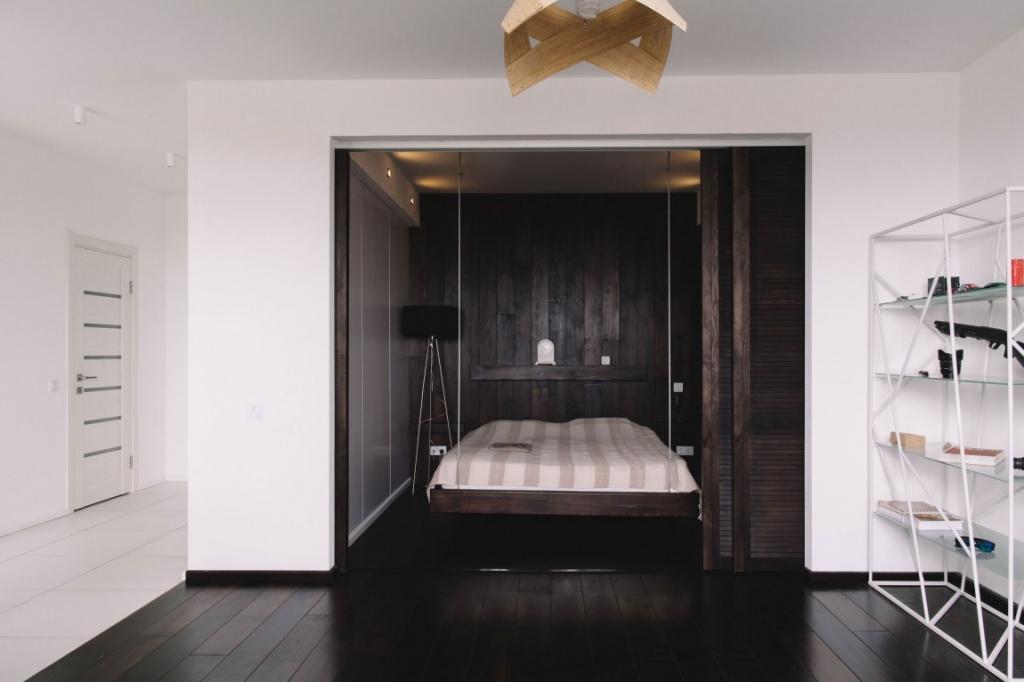 Маленькая спальня за раздвижной стеной