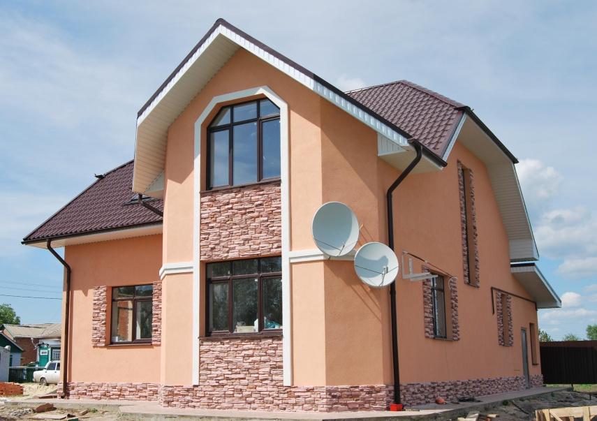Фото: использование фасадного камня и декоративной штукатурки