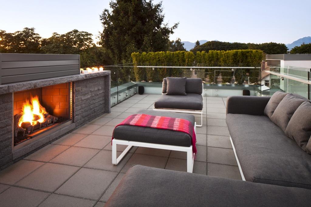 обустроенная терраса на крыше с искусственным камином