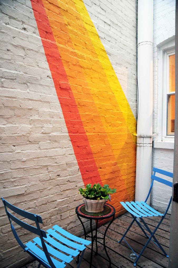 Фото: акцентная стена с ярким рисунком краской
