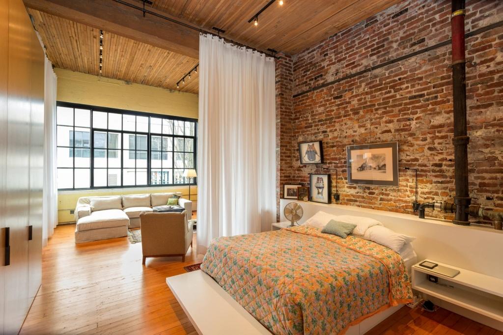 Разделяем гостиную и спальню легкими шторами