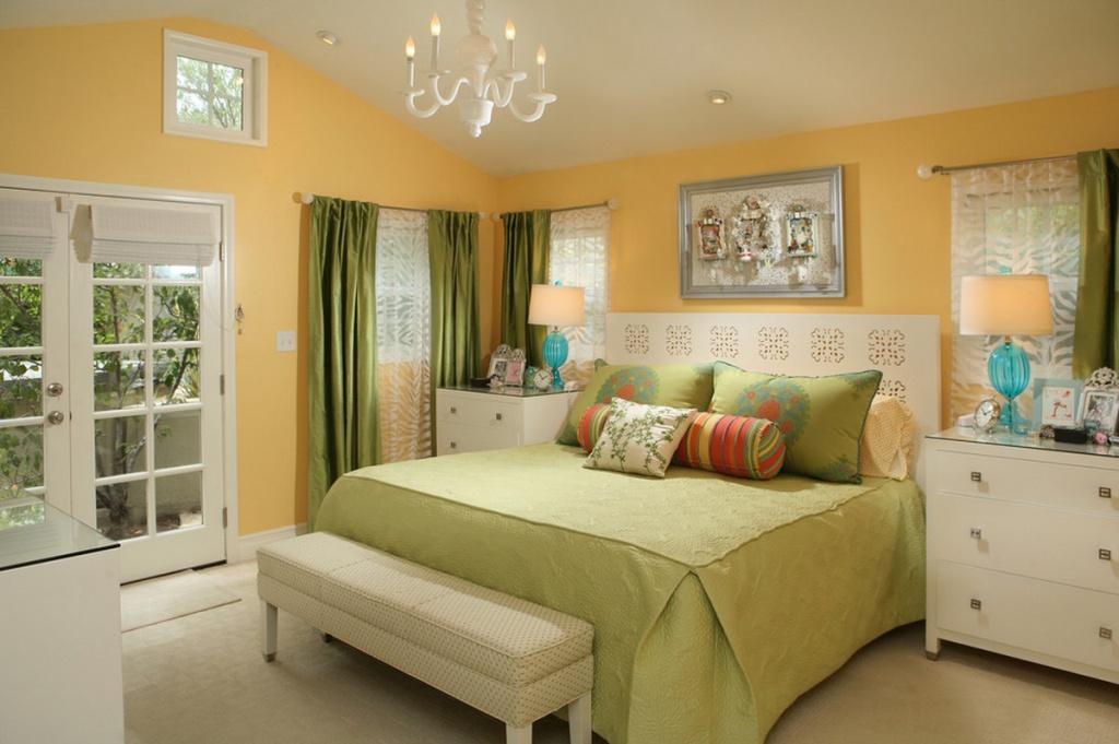 Маленькая спальня в теплых тонах